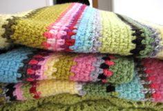 muchos puntos bajos y colores preciosos en esta manta de ganchillo
