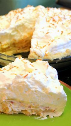 Coconut Cream Pie - Scratch DIY Recipe Custard Pies really are the best! This custard is flavored with lightly toasted coconut for that extra sweet exotic tropical flavor. Be sure to add that MILE HIGH Domed Whipped Cream Topping for that extra Pie Dessert, Dessert Recipes, Crumble Pie, Cupcakes, Sweet Pie, Just Desserts, Love Food, Fudge, Toasted Coconut