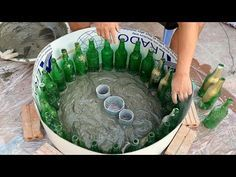 ❤️❤️Most creative way to make tables – ❤️Ideas making tables with glass bottles – Home Decor Design – Decoration landscaping architectural and artistic designs & decoration videos Concrete Bags, Concrete Planters, Diy Planters, Cement Garden, Cement Pots, Diy Home Crafts, Diy Arts And Crafts, Diy Crafts To Sell, Diy Plastic Bottle