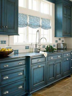 jolie cuisine de couleur bleu foncé, meubles patines, comment relooker un meuble en bois