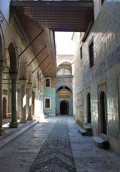 The inner yard of Harem Section, Topkapı Palace - Istanbul. Islamic World, Islamic Art, Islamic Architecture, Art And Architecture, New Palace, Foto Blog, Hagia Sophia, Small Buildings, Beautiful Places In The World