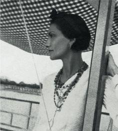 Coco Chanel sur la plage du Lido à Venise (1925) #CocoChanel Visit espritdegabrielle.com | L'héritage de Coco Chanel #espritdegabrielle