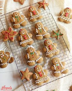 Delicious walnut cookies recipe, perfect also for the Christmas party. Xmas Food, Christmas Desserts, Christmas Treats, Christmas Baking, Gingerbread Man Cookies, Christmas Gingerbread, Christmas Cupcakes Decoration, Ginger Cookies, Savoury Cake