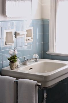 Pre-holiday Spruce-Up: The Vintage Blue Tile Bathroom Blue Bathroom Decor, Cheap Bedroom Decor, Bathroom Interior Design, Bathroom Ideas, Vintage Bathroom Decor, Bathroom Inspiration, Interior Ideas, Home Decor Styles, Home Decor Accessories