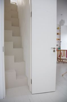 Space saving stairs - the aesthetic solution http://boligmagasinet.dk/article/72523-huset-med-den-gronne-dor/gallery/381859
