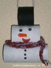 Sneeuwpop 1  2 lege wc rollen     witte zwarte verf     kwast     schaar      lijm of nietmachine     wol     wiebeloogjes     oranje chenilledraad     knip een wc rolletje door op twee   derde deel. Het kleine stukje wc rol schilder je zwart, dit wordt de hoed vd sneeuwman. De andere stukken wc rol verf je wit. Laat ze goed drogen.  Ondertussen: een sjaal voor je sneeuwpop vingerhaken, mettwee kleurtjes wol. of een sjaal uit een stukje stof knippen: om nek van sneeuwman plakken.