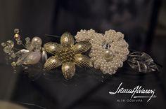 Tocado con broche de metal, perlas, encaje y piedras.