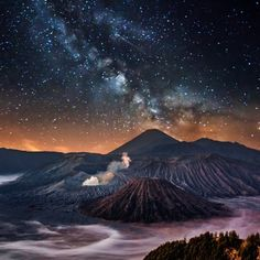 Mount Bromo and the Milky Way in East Java, Indonesia Medan, Beautiful World, Beautiful Places, Travel Around The World, Around The Worlds, Sky Full Of Stars, To Infinity And Beyond, Milky Way, Night Photography