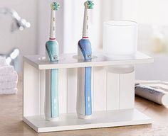 Use this Shaker-style holder free-standing or mounted on the wall to store up to 2 electric toothbrushes. Featuring a panelled wood design, it is an attractive