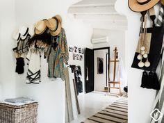Boho cozy entrance - straw hats & rug - light