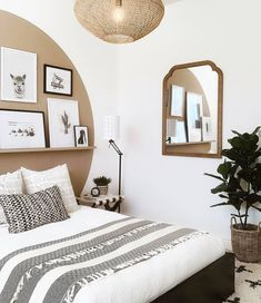 20 tips will help you improve the environment in your bedroom What a brilliant idea for a headboard? Home Decor Bedroom, Interior Design, Bed Decor, Bedroom Makeover, Home Decor Furniture, Wall Behind Bed, Interior, Accent Wall Bedroom, Home Decor