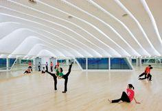 Além de salas de ensaio para ópera e orquestra, o edifício principal conta com áreas para treinamento de grupos de balé e dança contemporânea