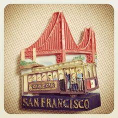 アメリカのサンフランシスコのマグネットです。ゴールデンゲートブリッジと坂道を走るケーブルカー。このマグネットはお土産屋さんで購入しました。#(Excerpt)