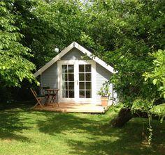 Gartenhaus schwedenstil grau  Gartenhaus grau-weiß: moderner Gartentrend mit Stil | Blau grau ...