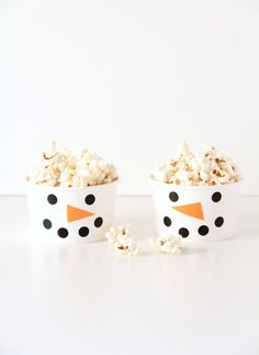 These super easy snowman snack cups are a fun way to make holiday snack time a little more special!