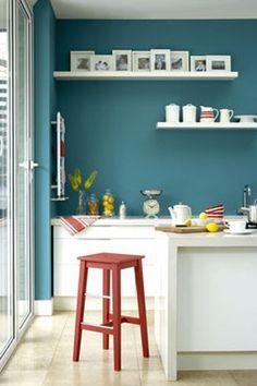 Une peinture bleu en contraste avec des meubles de cuisine blanc