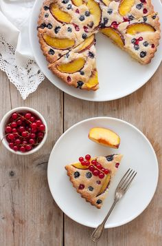 Easy cake with berries and peaches by toetjeaddicted // In need of a detox? Get your Teatox on with 10% off using our discount code 'Pinterest10' on www.skinnymetea.com.au X