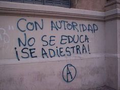 Con autoridad no se educa, se adiestra. You don't educate people with authority, you train them. Street Quotes, Some Quotes, Positive Quotes, Poems, Love You, Inspirational Quotes, Positivity, Thoughts, Writing