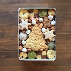 ハンドメイドマーケット+minne(ミンネ)|+(深型)クリスマスのクッキー缶 Cookie Gifts, Cookie Desserts, Cookie Recipes, Cookie Gift Boxes, Christmas Cookie Exchange, Christmas Treats, Cute Cookies, Christmas Cookies, Holiday Baking