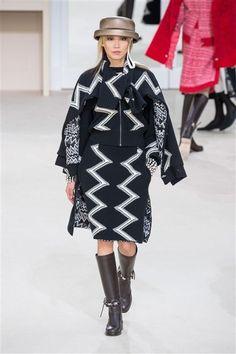 Chanel -Défilé Paris Automne-Hiver 2016-2017 Cape jupe droite motifs blancs.