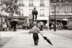L'enfant au parapluie - 13x18 cm - Photographie noir et blanc, parapluie, photographie d'art, Vieux Paris, art de Paris, décor de Paris, Scene de vie Paris : Photos par balies