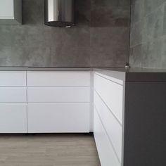 Ikea Voxtorp Küche mit grauer Arbeitsplatte und grauer Rückwand - gefällt mir!