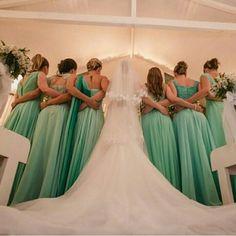 Madrinhas com a mesma cor de vestidos.