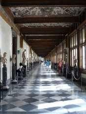 Pitti: la moda in passerella agli Uffizi!  Un defilé dentro il museo fiorentino.