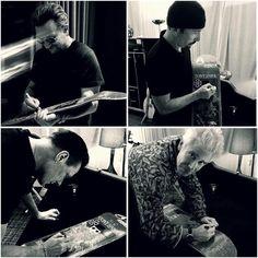#U2 firma una tabla #skate de @tonyhawk con la letra de #streets para subasta benéfica a favor de @thf #Bono #AdamClayton #TheEdge #LarryMullenJr #skate