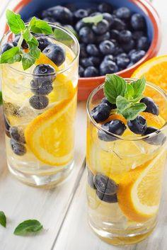Westwing-eaux-aromatisées-orange-myrtille Infused Water Recipes, Fruit Infused Water, Fruit Water, Drinks Alcohol Recipes, Healthy Detox, Healthy Drinks, Flavored Lemonade, Smoothie Fruit, Juice Drinks