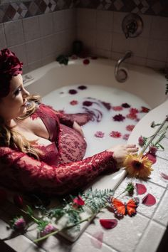Milk Bath Maternity Photo Ideas and Inspiration Maternity Portraits, Maternity Session, Maternity Pictures, Maternity Photography, Maternity Style, Christmas Pregnancy Photos, Baby Bump Pictures, Milk Bath Photography, Lush Bath Bombs