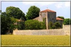 Même si le château de Villeneuve la Comtesse n'est point visitable, même s'il est difficile de s'approcher de lui, même si les remparts extérieurs ont été arasés, même si les tours coté sud sont en ruine, ce site médiéval fortifié est un petit chef d'œuvre. Son châtelet d'entrée est typique des châteaux forts de son époque.