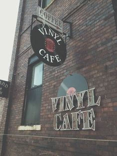 A vinyl cafe? Two of my favorite things: coffee and records. Music Aesthetic, Aesthetic Vintage, Vinyl Music, Vinyl Records, Vintage Vibes, Retro Vintage, Vintage Music, Vintage Records, Lp Regal