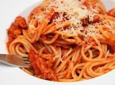 Bolognai spagetti recept (Spaghetti Bolognese): Ki ne szeretné a Bolognai spagettit! Egy igazi klasszikus, amit mindenki kedvel. Sokféleképpen készítik, ez egy klasszikus, nagyon ízletes változat. Ha elkészíti, nem fogja megbánni!