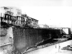 En 1918, la vieja y provinciana Iruñea se reducía a lo que hoy conocemos como casco viejo, y era una ciuad rodeada de murallas por todos sus frentes. Hacia el sur se alzaba imponente la llamada muralla de Tejería. El muro que vemos databa del siglo XVII, pero fue construido sobre murallas romanas y medievales. Al fondo se ve el conocido como baluarte de Labrit, y el gran paredón que, aún hoy en día, convertido en frontón por el pueblo soberano se conoce con el irónico nombre de Jito Alai… Pamplona, Medieval, Louvre, Building, Artwork, Travel, 17th Century, Old Photography, Romans