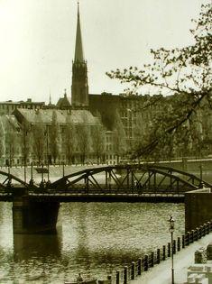 Lata 40. Widok na most Lessinga ze Wzgórza Polskiego. Po drugiej stronie Odry nieistniejąca zabudowa ul. Fryderyka Joliot-Curie i wieża kościoła Lutra.