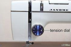 Step 7-Cerca il selettore di tensione. Il selettore di tensione è una piccola ruota numerata vicino alla leva di avvolgimento. Controlla la tensione del filo mentre cuci. Se la tensione è troppo forte, l'ago verrà tirato a destra. Se la tensione è troppo allentata, il filo si arrotolerà sul fondo del tessuto che stai cucendo.