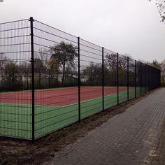 Tenniscourt hekwerk 3 meter hoog. Voorzien van afsluitbare toegangspoort.