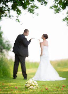 Glückliches Hochzeitspaar mit Brautstrauss