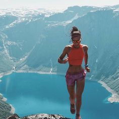 After gift inspiration for the trail runner in your life or yourself? Check out our list of the best affordable and useful gifts for trail runners. Girl Running, Trail Running, Running Women, Running Inspiration, Fitness Inspiration, Running Challenge, Cardio Training, Runner Girl, Runners World