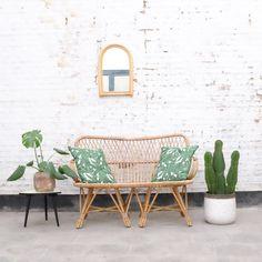 Toffe vintage rotan stoel. Een mooi vintagekleedje, koffietafel met mooie bloemen een paar vrolijke kussens inde rug en je lounge is klaar.