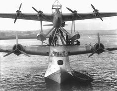 Short S20 Mayo 'Mercury' & Short Empire 'Maia' flying boat Composite, 1938 The Short Mayo Composite was a piggy-back long-range seaplane/flying boat combination produced by Short Brothers to provide a reliable long-range air transport service to the United States and the far reaches of the British Empire and the Commonwealth. https://uk.pinterest.com/papadias/aviation/