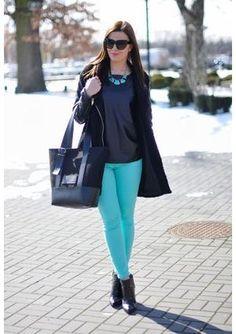 Calça azul turquesa sai do look de inverno direto para a primavera http://vilamulher.terra.com.br/calcas-coloridas-femininas-para-o-verao-2014-14-1-32-2692.html
