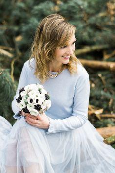#serenity #winterwedding Winterhochzeit im Wald in Serenity und Gold von Weddingpilots | Hochzeitsblog - The Little Wedding Corner