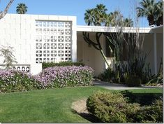 Explore ideas of exterior block work Palm Springs Modern Architecture and the Use of Screen Block Beton Design, H Design, House Design, Grey Interior Design, Exterior Design, Palm Springs Mid Century Modern, Breeze Block Wall, Mid Century Exterior, Palm Springs Style