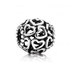 Pandora zilveren bedel met Hartjes 790964. De bedel met opengewerkte Hartjes is het perfecte geschenk om een speciaal iemand te overladen met liefde.
