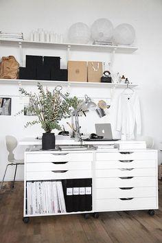 Ganz viel Stauraum fürs Home Office – schlicht und weiß gehalten mit den Rollschränken des Möbelschweden gebaut.