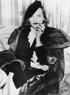 Marlene Dietrich at Claridge's Hotel in London, 1936  -viarosedarling