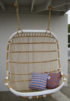 """Le fauteuil suspendu ou """"hanging chair"""" en Anglais, surtout quand il est en rotin, moi ça me donne des envies de farniente !            ..."""