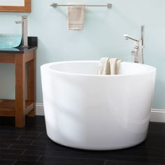 Applying the Japanese Soaking Tub can be the wise ideas. Like acrylic Japanese soaking tub, we can choose so many inspiration about this. Small Soaking Tub, Small Tub, Soaking Bathtubs, Small Small, Japanese Bathtub, Japanese Soaking Tubs, Tiny House Bathroom, Master Bathroom, Bathroom Tubs